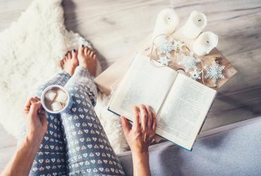 Créer un coin lecture cocooning : préparez les plaids et le chocolat chaud !