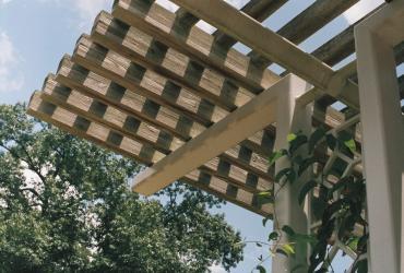 Comment protéger sa terrasse du soleil ? 6 astuces brillantes pour cet été