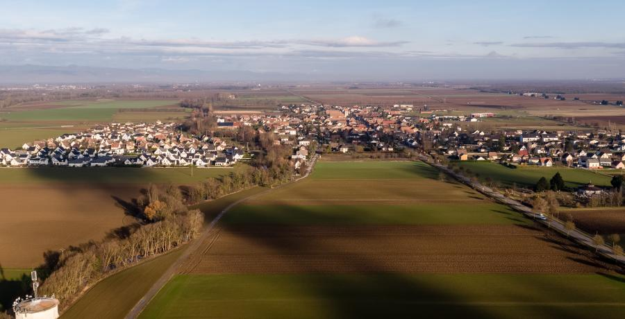 programme immobilier neuf à battenheim : les carrés omei'z, duplex-jardin vue aérienne de la commune