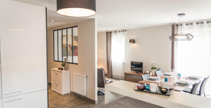 appartement duplex témoin à Saint-Andéol-le-Château - salon cuisine ouverte verrière