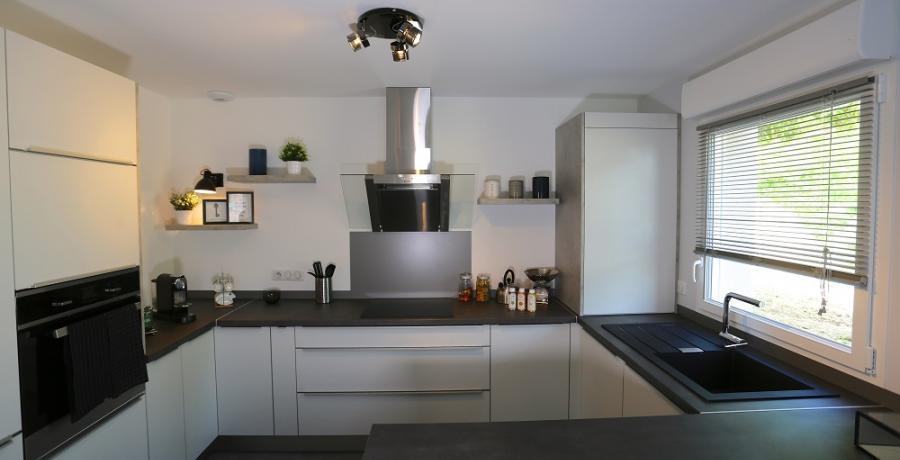 programme immobilier neuf aux clefs : les carrés du belle fleurie duplex-jardin cuisine