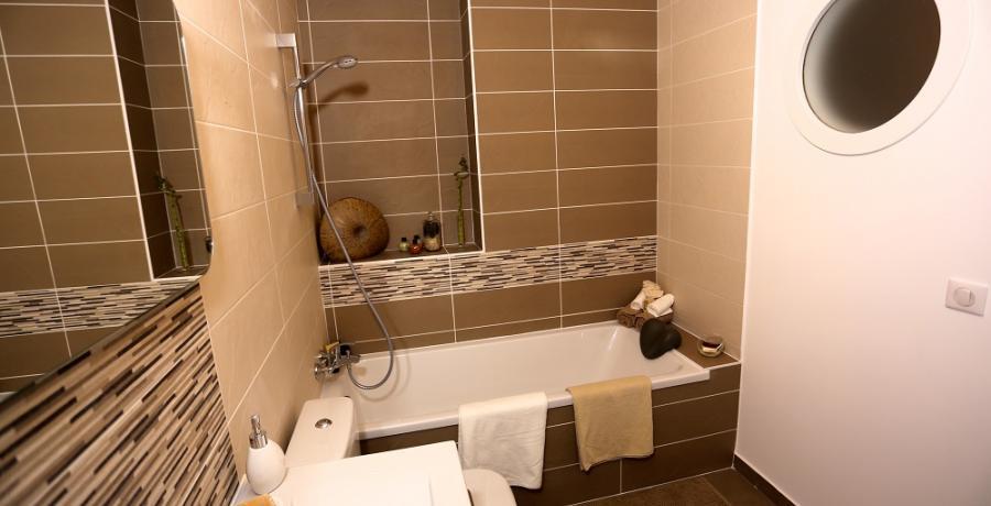 programme immobilier neuf aux clefs : les carrés du belle fleurie duplex-jardin salle de bain